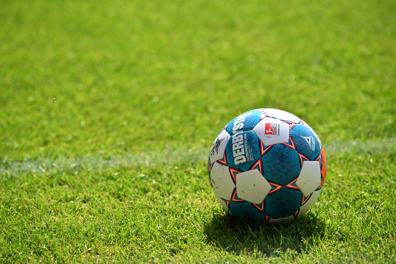 Das Bundesliga-Logo der DFL auf einem Spielball