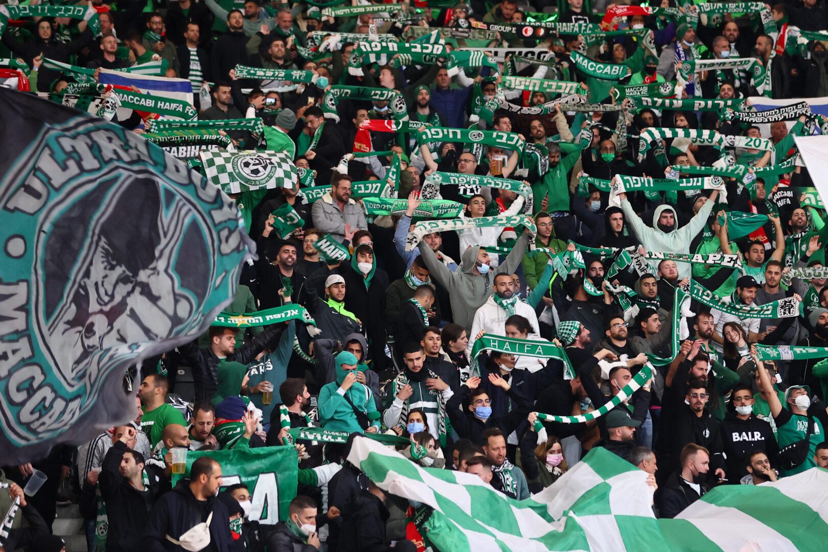 Fans von Maccabi Haifa beim Auswärtsspiel in der UEFA Europa Conference League bei Union Berlin