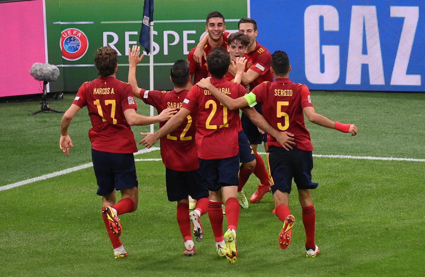 Die Spanier feiern das 2:0 im Halbfinale der Nations League gegen Italien