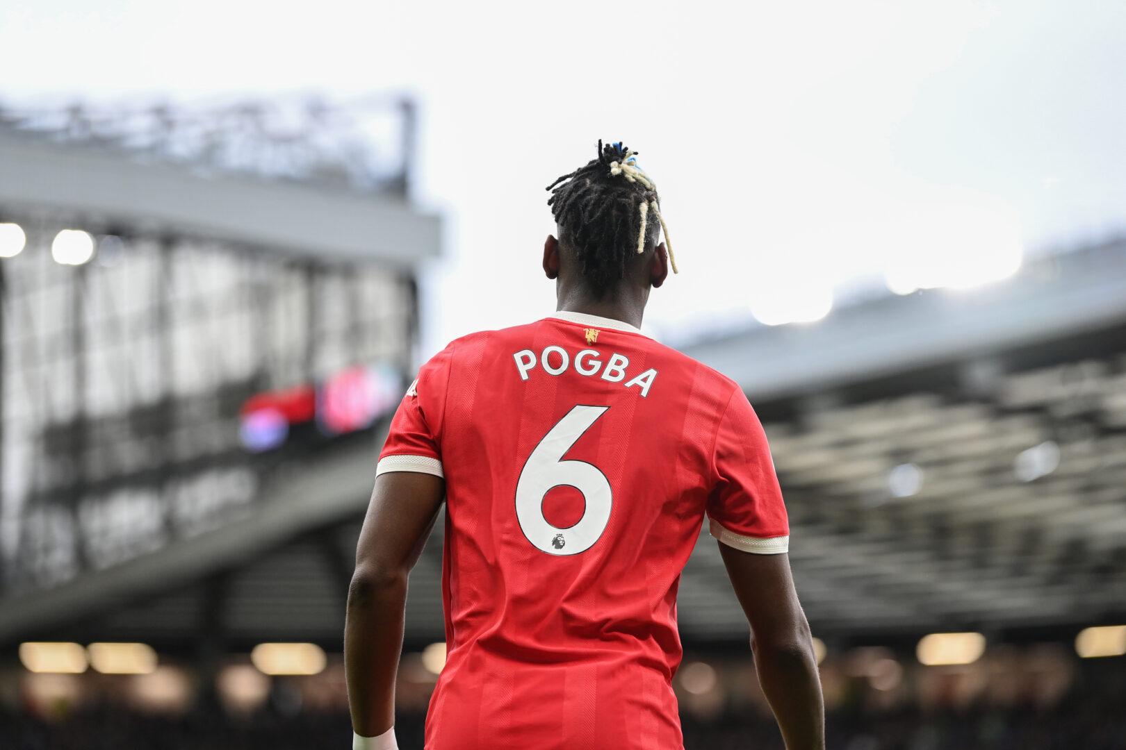 Paul Pogba von hinten fotografiert, man sieht seinen Namen auf dem Rücken seines Trikots