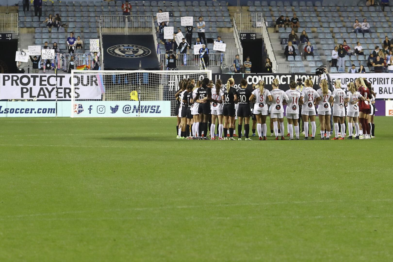 NWSL-Spielerinnen protestieren Arm in Arm