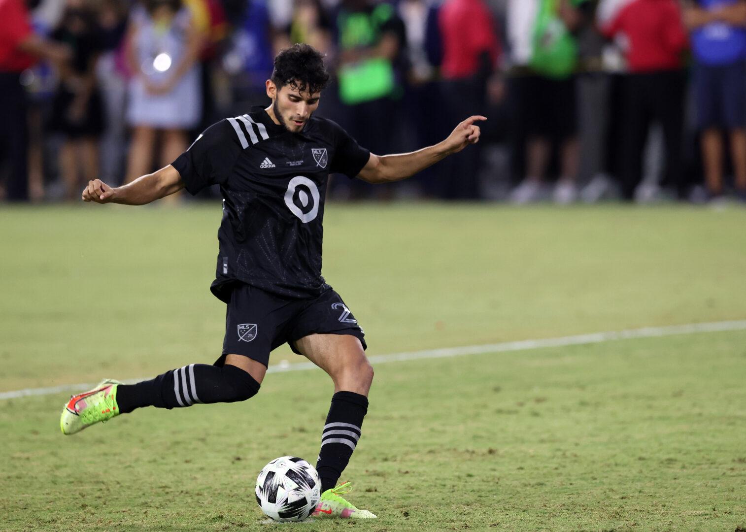 Ricardo Pepi schießt einen Ball